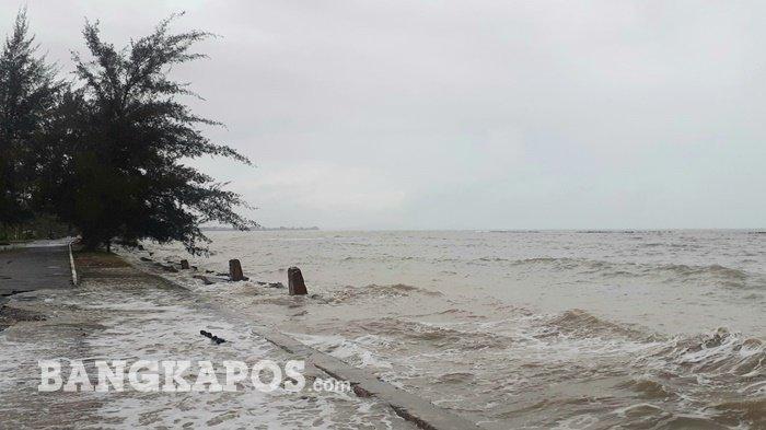 Gelombang pasang di Pantai Pasir Padi Pangkalpinang, Rabu (13/1/2021)