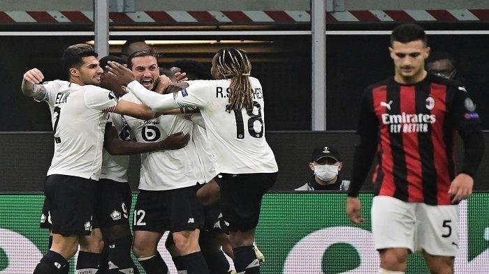 Gelandang Lille, Yusuf Yazici merayakan bersama rekan satu timnya setelah mencetak gol selama pertandingan sepak bola Grup H babak pertama Liga Eropa UEFA hari ketiga antara AC Milan dan Lille (LOSC) di stadion Meazza di Milan pada 5 November 2020.