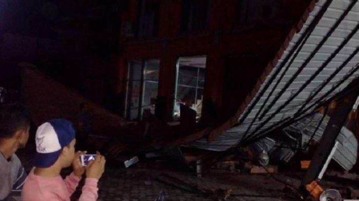 Bocah Merangkak Keluar dari Reruntuhan Ruko, Ayah dan Ibunya Masih Terjebak