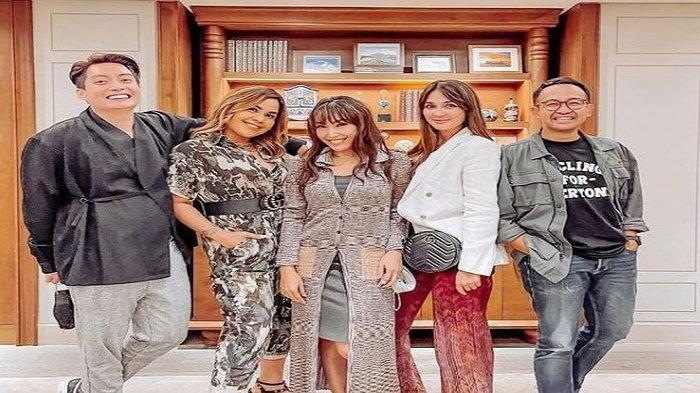 Geng Menteri Ceria yang berisi Edric Tjandra, Melaney Ricardo, Ayu Dewi, Luna Maya, dan Iwet Ramadhan.