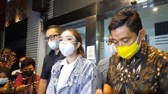 Gisella Anastasia usai jalani pemeriksaan di Direktorat Reserse Kriminal Khusus Polda Metro Jaya, Jumat (8/1/2021).