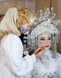 Gita Tamara Yolanda, saat merias pengantin