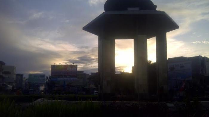 Suasana GMT di Taman Tugu Batu Satam, Tanjungpandan- Mengenal Satam si Batu Meteor Belitung, Manfaat Batu Meteor Satam, dan Khasiat Batu Meteor Satam.