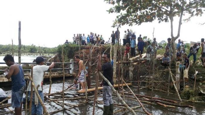 Gotong Royong Bangun Jembatan Warga Kelapa Rela Basahan Kecebur Sungai