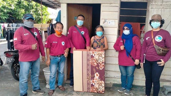 Gerakan Peduli Sosial (GPS) Bangla Belitung saat membagikan kasur lipat kepada warga di wilayah Pangkalpinang dan Sungailiat, Minggu (24/1/2021).