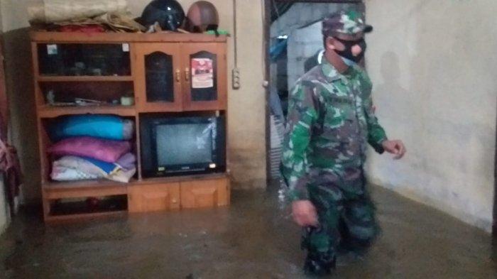 15 Rumah di Desa Sempan Terendam Air, Babinsa Bantu Warga