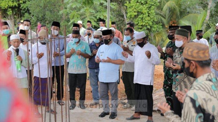 Letakkan Batu Pertama Pembangunan Masjid, Gubernur Serahkan Zakat dan Bibit Lada