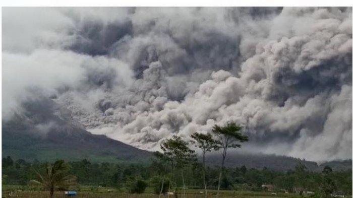 Penampakan Gunung Semeru Semburkan Awan Panas Sejauh 5 KM, Bupati Lumajang Minta Doa