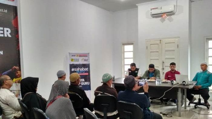 Global Zakat ACT Berikan Beaguru kepada Guru Prasejahtera di Bangka Belitung