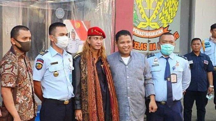 Keluar dari Penjara, Bahar bin Smit Kenakan Pakaian Hitam ...