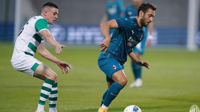 Hakan Calhanoglu saat mencetak gol saat AC Milan bertandang ke kandang Shamrock Rovers, Stadion Tallaght, Dublin, Irlandia dalam laga babak kualifikasi kedua Liga Europa 2020-2021 pada Kamis (17/9/2020) atau Jumat dini hari WIB.
