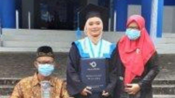 Kisah Haru Penjual Serbet Hadiri Wisuda Anak Pakai Kursi Roda, Menangis saat Masukan Anak Kuliah