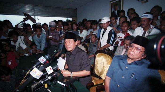 Ingat Menteri Penerangan Harmoko? Patahnya Palu dan Firasatnya Ihwal Kejatuhan Soeharto