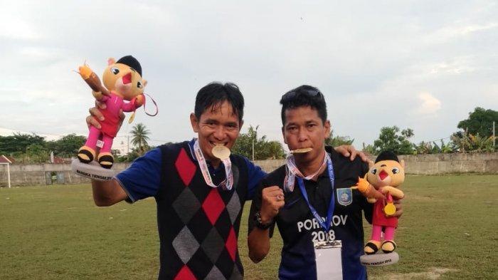 Hasbullah Calon Ketua Askab PSSI Bangka Barat bersama Coach Lapril A.S foto bersama usai menjuarai cabang sepakbola Porprov V Babel di Kabupaten Bangka Tengah Tahun 2018