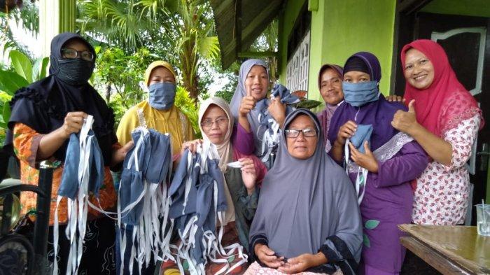 Ibu-ibu di Desa Bukitlayang Inisiatif Membuat Masker di Masa Wabah Covid-19 yang Tengah Melanda