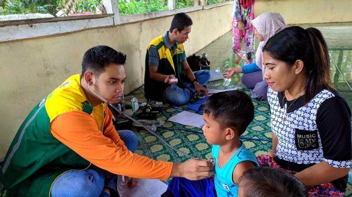 dr Hasri Nopianto saat bertugas melakukan pemeriksaan kesehatanke masyarakat