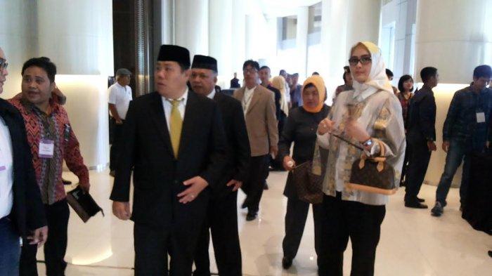 Hadiri Debat Publik, Hidayat-Sukirman Didampingi Istri