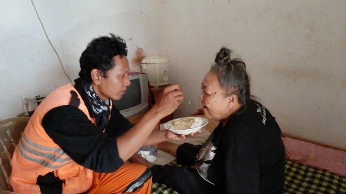 Tak Tega Meninggal Ibu di Rumah, Petugas Kebersihan Ini Rela Bawa Ibunya Saat Bekerja Kisahnya Viral