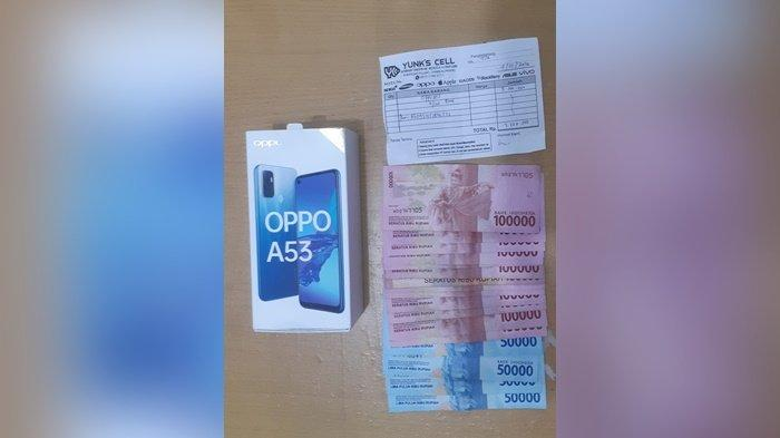 Barang bukti handphone dan uang yang diamankan Polsek Bukitintan, Senin (11/1/2021) malam.