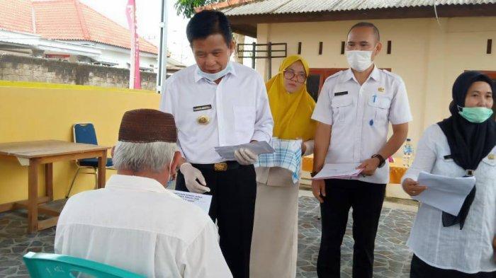 Bupati Bangka Tengah Ibnu Saleh Berikan Bantuan Lansia di Kelurahan Koba