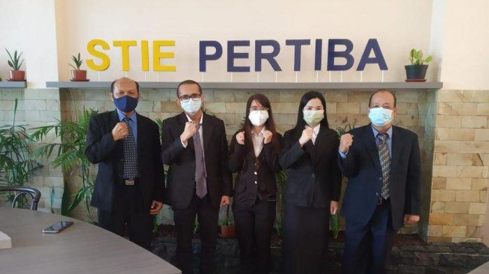 Ketua STIE Pertiba Pangkalpinang, Wargianto (kiri) bersama Para Dosen dan Mahasiswa, Kamis (17/06/2021).