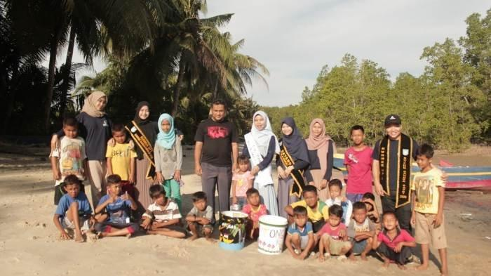 Jaga Kebersihan Tempat Wisata, Ikatan BDBAR Edukasikan Tongker Kece ke Anak-Anak Belo Laut