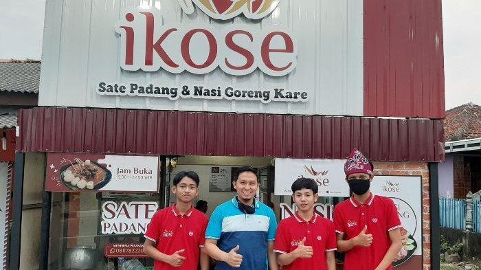 Owner Ikose Rodi bersama pegawai.