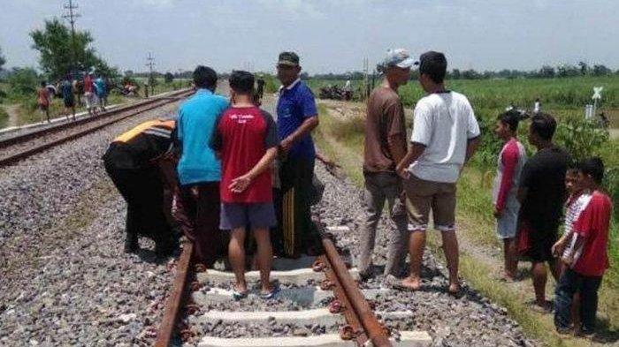 Pemotor Tewas Tersambar Kereta Saat Nekat Terobos Palang Pintu Perlintasan