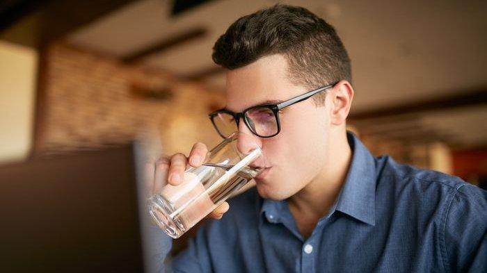 Ini Penyebab Minum Air Sambil Berdiri itu Nggak Bagus Buat Tubuh, Nih 5 Bahayanya!