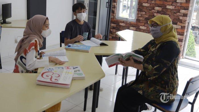 ILUSTRASI. Siswa SMA Pintar Lazuardi melakukan pembelajaran dengan metode Blended Learning menggabungkan tatap muka dan tatap maya dikawasan Ciputat, Tangerang Selatan, Banten, Senin (3/5/2021). Sekolah masa depan SMA Pintar Lazuardi, dengan konsep blended learning mengabungkan kegiatan belajar mengajar secara luring dan daring. Dilengkapi dengan Learning Management System (LMS) yang diberi nama PINTAR. Tribunnews/Jeprima