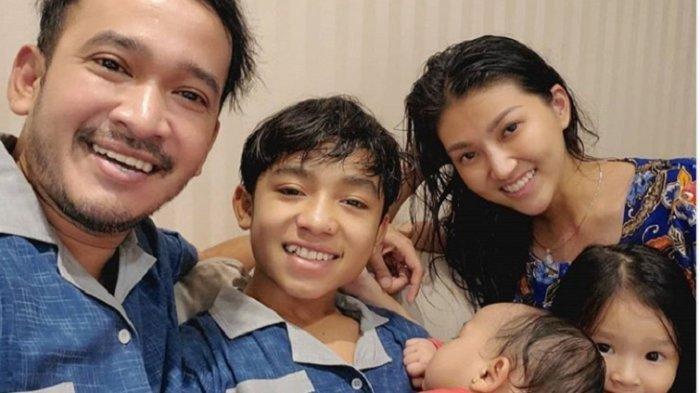 Ruben Onsu bersama Putranya Betrand Peto, Thalia, Thania dan istrinya Sarwendah