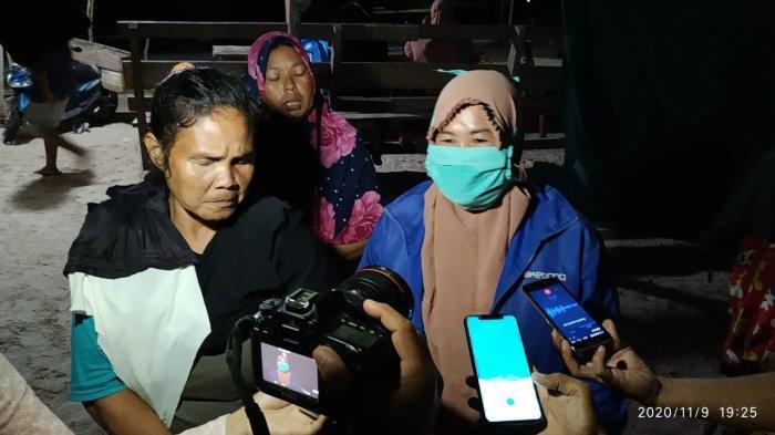 Para ibu rumah tangga, istri nelayan saat melakukan demo terkait beroperasinya KIP di Pantai Matras Sungailiat, Senin (9/11/2020) malam.