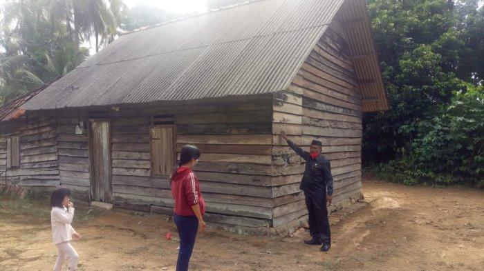 KUNJUNGI RUMAH - Ketua DPRD Kabupaten Bangka Iskandar mengunjungi rumah warga yang masuk kategori rumah belum layak huni di Desa Rebo, Kecamatan Sungailiat Kabupaten Bangka, Selasa (15/6).