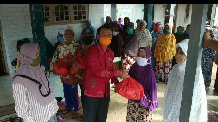 Ketua PDI Perjuangan Bangka Bagikan Paket Sembako ke Warga Jada Bahrin
