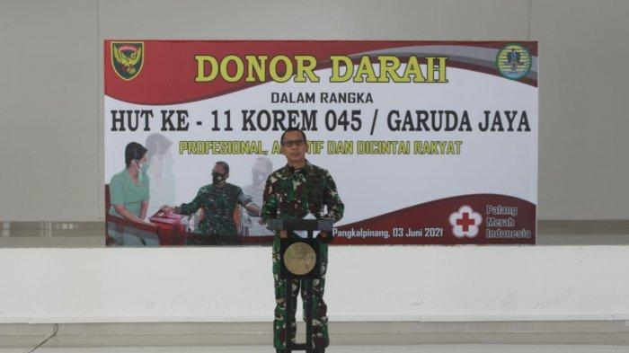 Danrem 045/Garuda Jaya Brigjen TNI M Jangkung Widyanto, S.I.P., M.Tr.(Han), saat memberikan kata sambutan dalam kegiatan donor darah yang merupakan rangkaian dari HUT ke-11 KOREM 45/GAYA, Kamis (03/06).