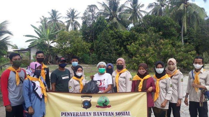 Polda Bangka Belitung Bersama Stisipol Pahlawan 12 Bagikan 30 Paket Sembako dan 1000 Lembar Masker