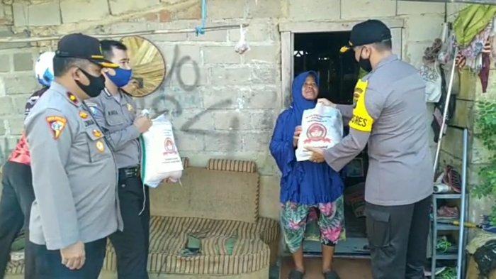 Kapolres Pangkalpinang Sambang Rumah Warga, Berikan Sembako di Hari Bhayangkara ke 74
