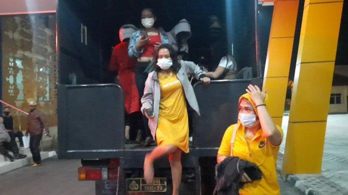Sembilan Wanita Seksi Diangkut Truk Dalmas, 23 Orang Ditangkap, Sepasang Lansia Kepergok Ngamar