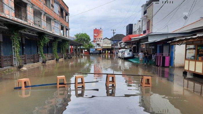 Setiap Kali Banjir Arvita Mengeluh, Pagar Roboh Kabel PLN Putus, Air Setinggi Betis