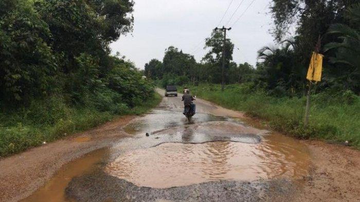 Warga Pakai Tangki Air Demi Tutupi Jalan Berlubang, Selamatkan Pengendara dari Lakalantas