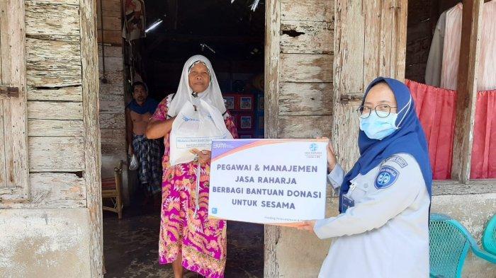 PT. Jasa Raharja Cabang Kepulauan Bangka Belitung melalui Program Kemitraan dan Bina Lingkungan membagikan lebih dari 300 paket sembako kapada mitra kerja dan masyarakat kurang mampu yang terdampak pandemi Covid-19