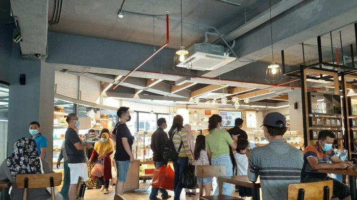 Suasana pengunjung yang sedang mengantre di J.CO Donuts dan Mako Cake & Bakery.