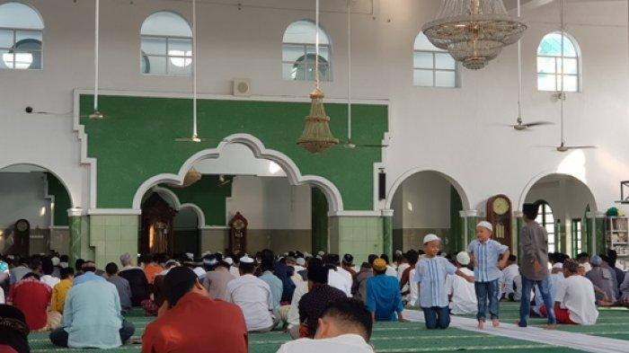 Jemaah di Masjid Jamik, Kota Pangkalpinang mendengarkan khotbah salat Id Iduladha 1440H, Minggu (11/8/2019).