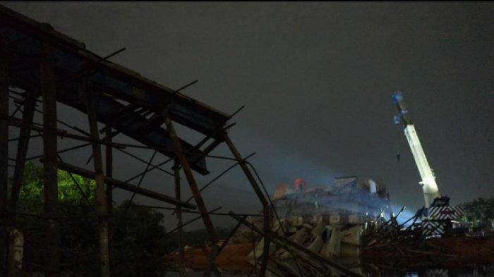 ROBOH - Jembatan Gantung (Jerambah Gantung) kota Pangkalpinang roboh pada Jumat (16/10/2020) malam. Jembatan penghubung Kota Pangkalpinang dengan Kabupaten Bangka yang belum diresmikan dan selesai dibangun itu roboh. BANGKA POS/RESHA JUHARI
