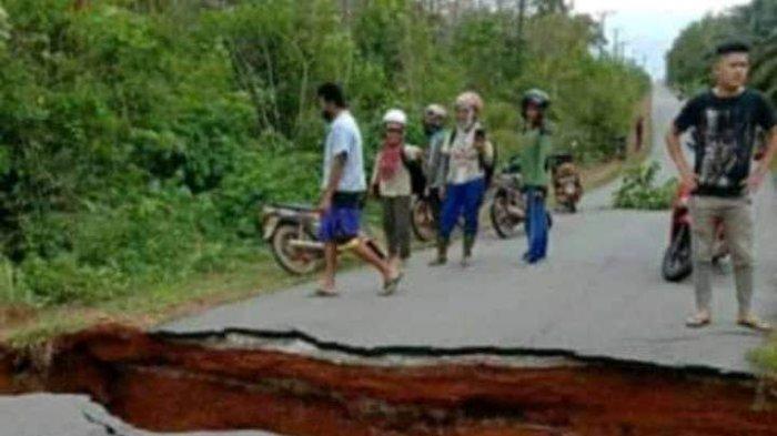 Jalan Alternatif Desa Silip Menuju Dusun Air Abik Amblas Akibat Hujan Lebat