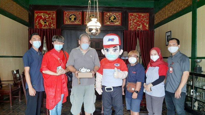 Jelang Perayaan Imlek, JNE Pangkapinang Berbagi Angpao dan Tea Set - jne-bagikan-tea-set-imlek-01.jpg