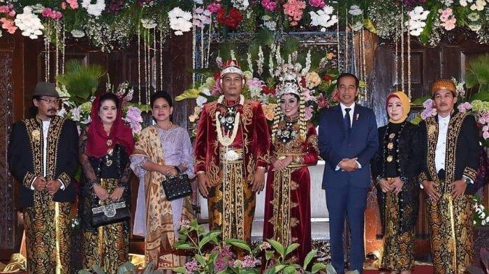 Jokowi Hadiri Pernikahan Wartawan Istana, Warganet Soroti Lirikan Mata Sujiwo Tejo Saat Foto Bersama