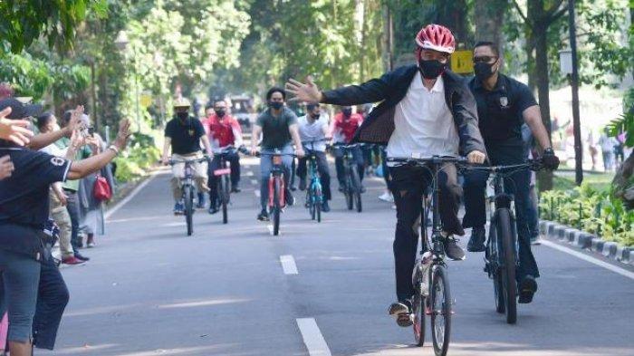 Kayuh Sepeda 'Kemerdekaan' Jokowi Sapa Warga dan Bagi Masker di Kebun Raya Bogor