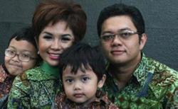 Joy Tobing dan keluarga