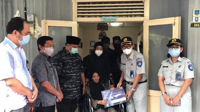 Santunan secara simbolis kepada ahli waris korban kecelakaan Sriwijaya Air SJ-182, Yulian Andika, oleh pihak Jasa Raharja Cabang Kepulauan Bangka Belitung, Jumat (22/1/2021), sore, di rumah duka
